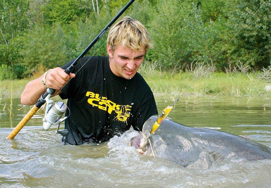 Meervalvisser Seuss maakt tijdens het vissen gebruik van zijn PRO TREK-outdoorhorloge