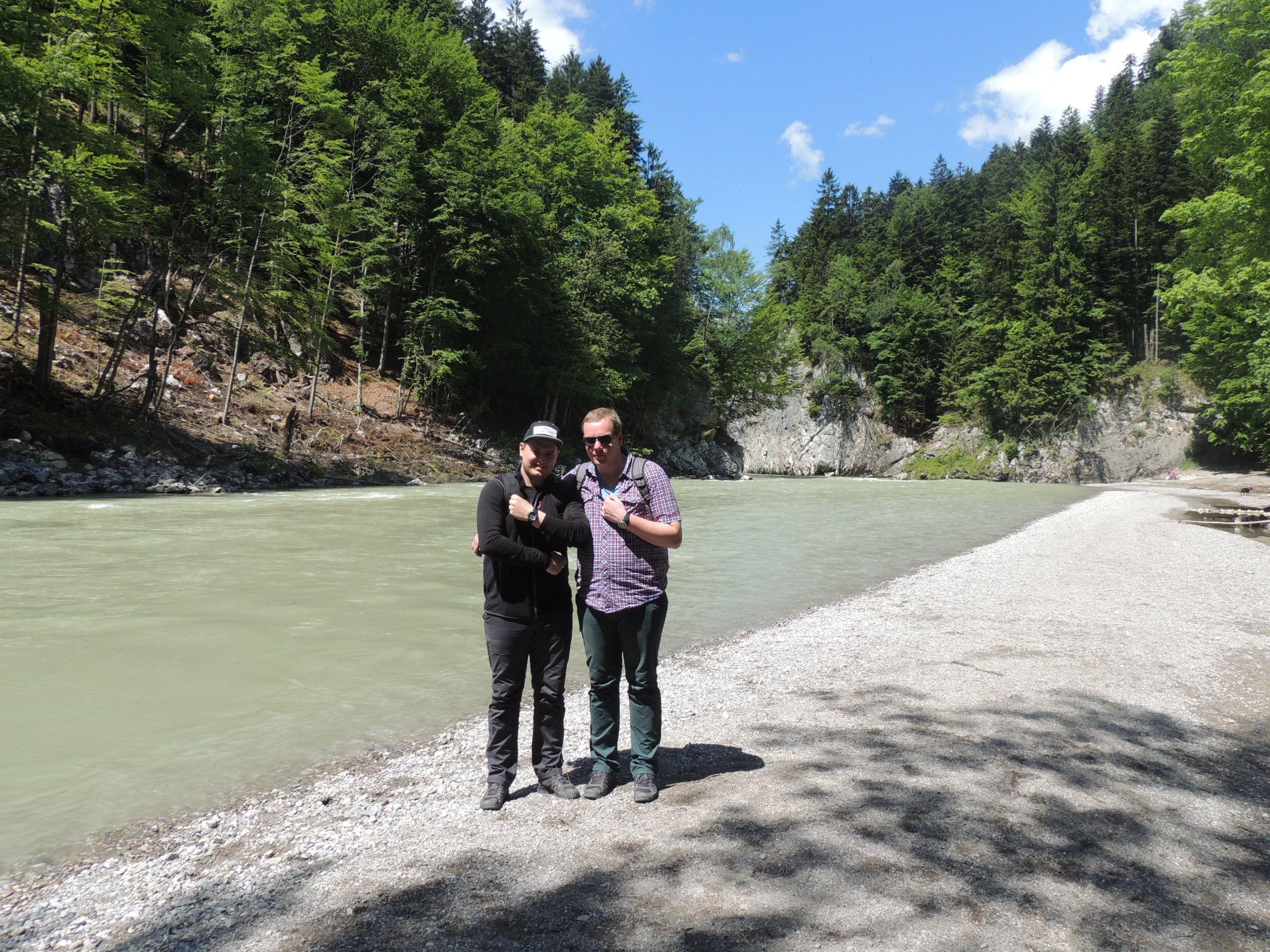 Chris und Josh am Ufer der Tiroler Ache
